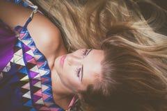 Retrato rubio joven de la belleza con maquillaje de los cristales Fotos de archivo