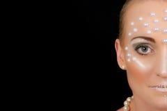 Retrato rubio precioso de la mujer con maquillaje creativo Imagenes de archivo