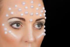 Retrato rubio precioso de la mujer con maquillaje creativo Foto de archivo libre de regalías