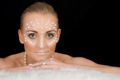 Retrato rubio precioso de la mujer con maquillaje creativo Fotos de archivo libres de regalías