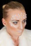 Retrato rubio precioso de la mujer con maquillaje creativo Foto de archivo