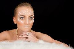 Retrato rubio precioso de la mujer con maquillaje creativo Imagen de archivo