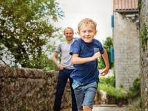 Retrato running do rapaz pequeno Imagens de Stock