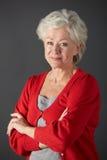 Retrato sênior do estúdio da mulher Foto de Stock