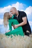 Retrato sensual da forma exterior de pares bonitos novos no levantamento do amor exterior no campo de trigo Imagens de Stock