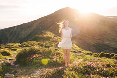 Retrato sensual de la mujer en el valle floreciente del rododendro foto de archivo