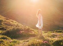Retrato sensual de la mujer en el valle floreciente del rododendro imagen de archivo