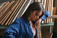 Retrato sensual de un artista hermoso joven de la hembra de la muchacha fotografía de archivo