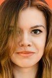 Retrato sensual del primer de la muchacha hermosa al aire libre Imagen de archivo