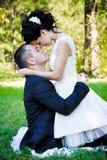 Retrato sensual exterior de pares bonitos novos no amor Fotografia de Stock
