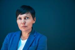Retrato serio confiado de la mujer de negocios con el espacio de la copia imagenes de archivo