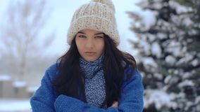 Retrato serio enojado de la mujer del invierno almacen de video