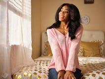 Retrato sincero de la mujer afroamericana joven foto de archivo