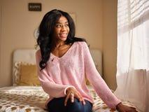 Retrato sincero de la mujer afroamericana joven imagen de archivo