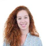 Retrato sincero de una mujer joven Un adolescente redheaded tiene rizado Fotos de archivo