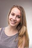 Retrato sincero, una mujer joven, fondo Imágenes de archivo libres de regalías