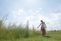 Retrato soñador de la muchacha rubia bohemia en el campo de la hierba Imágenes de archivo libres de regalías