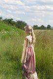 Retrato soñador de la muchacha rubia bohemia en el campo de la hierba Foto de archivo libre de regalías