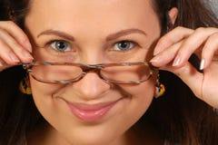 Retrato sobre mujer sonriente en vidrios Imagenes de archivo