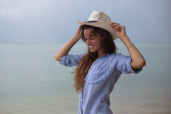 Retrato solar del verano de la moda de una manera de vida de la mujer elegante joven, sentándose en un oscilación en la playa, fa Fotos de archivo