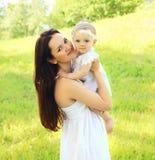 Retrato soleado de la madre y del bebé jovenes hermosos junto Imagen de archivo libre de regalías