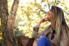 Retrato soleado de la naturaleza de la mujer, felicidad de sensación fotografía de archivo libre de regalías