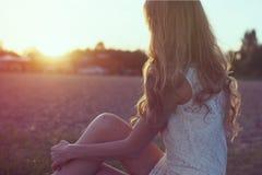 Retrato soleado de una mujer romántica joven hermosa Foto de archivo libre de regalías