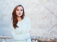 Retrato soleado del invierno de una muchacha hermosa en una chaqueta Fotos de archivo libres de regalías