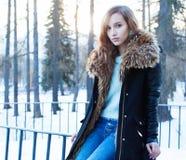 Retrato soleado del invierno de una muchacha hermosa en una chaqueta Fotografía de archivo