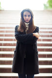 Retrato solo hermoso de la mujer que se coloca en las escaleras subterráneos imagen de archivo