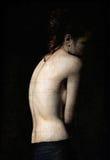 Retrato sombrio da jovem mulher entre a obscuridade Efeito da textura do Grunge Imagem de Stock Royalty Free