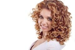 Retrato sonriente atractivo de la mujer en blanco Foto de archivo libre de regalías