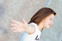 Retrato sonriente bastante feliz de la muchacha de los jóvenes Imagen de archivo libre de regalías