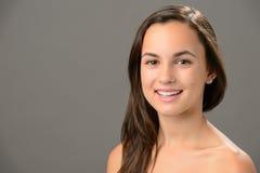 Retrato sonriente de la belleza del cuidado de piel del adolescente Foto de archivo libre de regalías