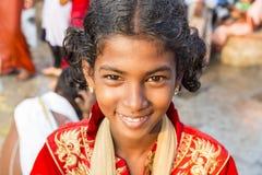 Retrato sonriente de la cara de un niño joven o de una chica joven de la parte rural de la India imagen de archivo
