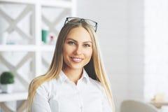 Retrato sonriente de la empresaria imagen de archivo