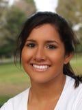 Retrato sonriente de la muchacha adolescente hispánica joven foto de archivo