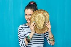 Retrato sonriente de la muchacha del adolescente con el sombrero Imagenes de archivo
