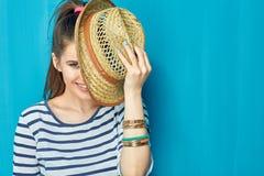 Retrato sonriente de la muchacha del adolescente con el sombrero Foto de archivo