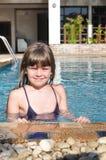 Retrato sonriente de la muchacha en piscina foto de archivo