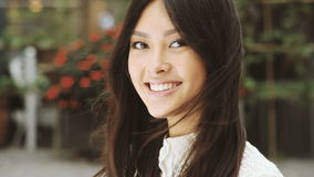 Retrato sonriente de la mujer asiática almacen de metraje de vídeo