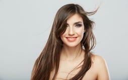 Retrato sonriente de la mujer del estilo de pelo. Imagen de archivo