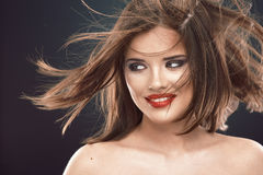 Retrato sonriente de la mujer del estilo de pelo Imagenes de archivo