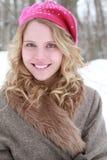 Retrato sonriente de la mujer del sombrero y del abrigo de pieles Imágenes de archivo libres de regalías