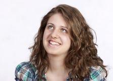 Retrato sonriente de la mujer en el fondo blanco Imagen de archivo