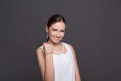 Retrato sonriente de la mujer joven fotografía de archivo libre de regalías