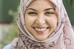 Retrato sonriente de la mujer musulmán joven Fotografía de archivo