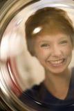 Retrato sonriente de la mujer a través del vidrio Fotos de archivo