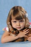 Retrato sonriente de la niña con el gatito Foto de archivo libre de regalías