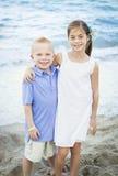 Retrato sonriente de los niños en la playa Imagen de archivo libre de regalías